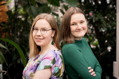 Hanna Markkanen ja Miriam Putula selätysten iloisina.